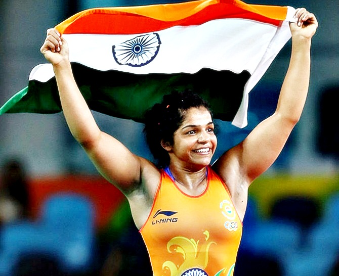 Sakshi Malik of India celebrates after defeating Aisuluu Tynybekova of Kyrgyzstan